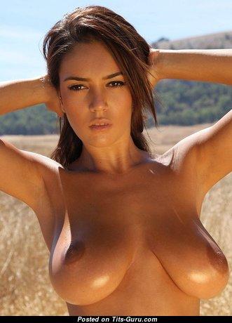 Красотка с восхитительным голым натуральным среднего размера бюстом (интимное изображение)