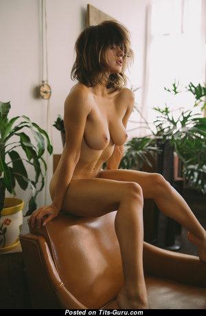 Фотография восхитительной обнажённой брюнетки с натуральными сиськами, большими сосками