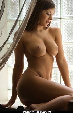 Изображение. Фотография невероятной голой девушки с большими натуральными сисечками