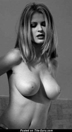 Картинка умопомрачительной голой девушки с среднего размера натуральными дойками