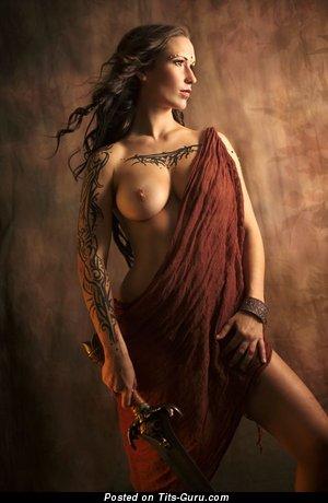 Изображение. Картинка невероятной обнажённой чувихи с средней натуральной грудью, тату