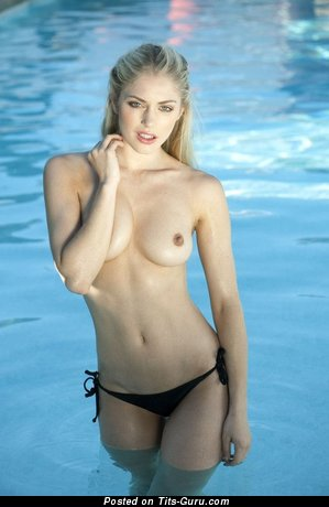 Изображение. Фотография обалденной женщины топлесс с натуральными сисечками