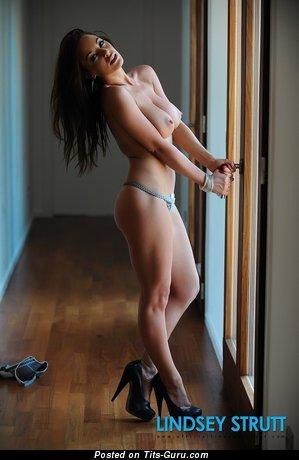 Изображение. Lindsey Strutt - картинка сексуальной обнажённой брюнетки с большими натуральными сиськами