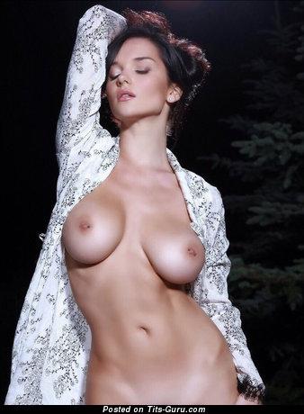 Картинка умопомрачительной голой девахи с средними натуральными сисечками