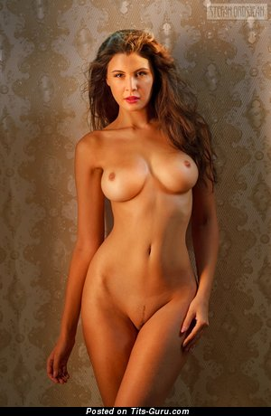 Изображение. Фотография шикарной обнажённой модели с среднего размера силиконовой грудью