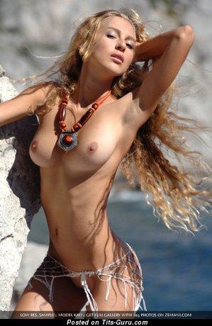 Тёлка с шикарным голым натуральным среднего размера бюстом (интимное фото)