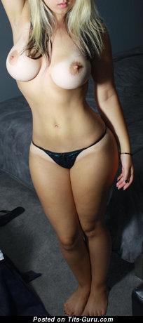 Изображение умопомрачительной обнажённой девахи с среднего размера натуральными сисечками
