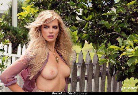 Stephanie Branton - картинка невероятной блондинки топлесс с средними натуральными сисечками, большими сосками