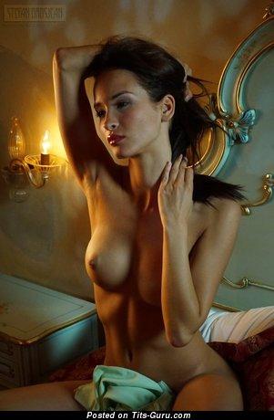 Изображение. Фото красивой голой леди с среднего размера натуральными сиськами