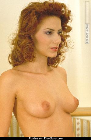 Jelena Maric: деваха с крутыми оголёнными натуральными среднего размера дойками (ню фото)