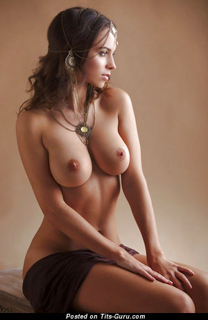 Elizabeth Loaiza - sexy naked brunette with medium natural breast pic