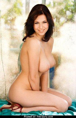 Iga Wyrwal: красотка (Польша) с сексуальными оголёнными натуральными средними сисяндрами (эро изображение)