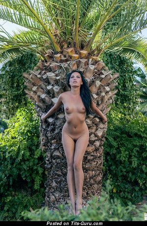 Изображение. Фотка сексуальной раздетой девушки с средними натуральными сиськами