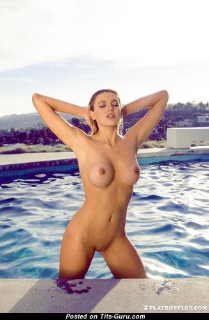 Monica Sims: блондинка Playboy красотка (США) с крутым оголённым силиконовым бюстом в бассейне (hd интимная фотка)
