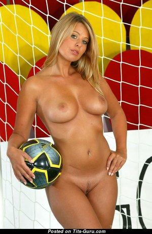 Блондинка с обалденными голыми натуральными титями (hd ххх картинка)