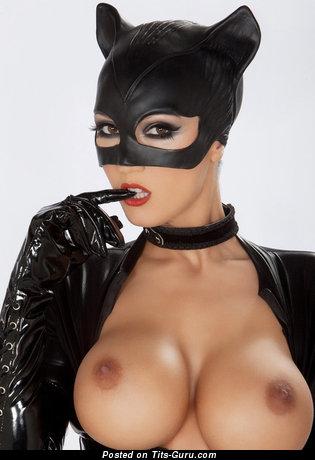 Фотография восхитительной раздетой женщины с средней силиконовой грудью