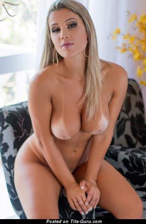 Изображение. Изображение сексуальной раздетой блондинки латиноамериканки с большими натуральными сисечками