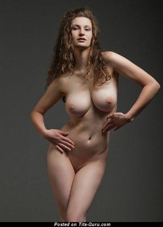 Изображение. Фотография шикарной обнажённой леди с большой натуральной грудью