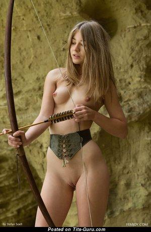 Изображение. Nastya - фото красивой раздетой брюнетки с среднего размера сисечками