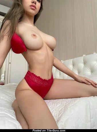 Yummy Babe with Yummy Defenseless Medium Titties (Porn Photo)
