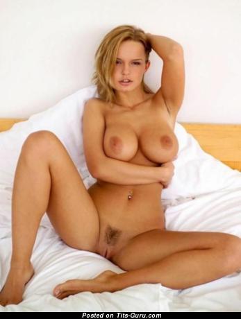 Изображение. Картинка офигенной раздетой блондинки с большими натуральными сиськами, большими сосками