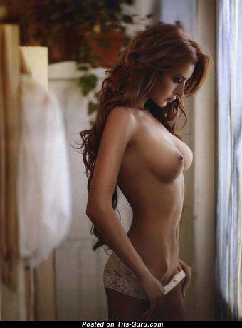Изображение. Фото восхитительной брюнетки топлесс с средней грудью, большими сосками