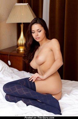 Красотка с горячими голыми натуральными средними дойками (эро изображение)