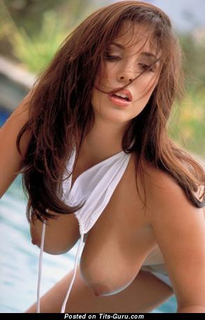 Изображение. Фотка красивой обнажённой девушки с среднего размера натуральной грудью