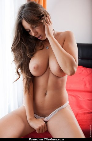 Красотка с супер обнажённой средней грудью (hd порно фото)