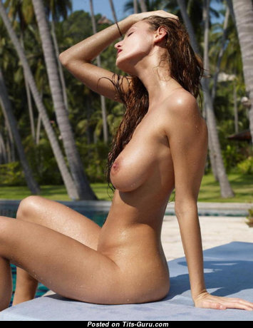 Pretty Topless & Wet Honey in the Pool (Porn Foto)