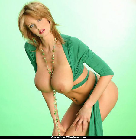 Гламурная модель с супер голой крупной грудью (18+ изображение)