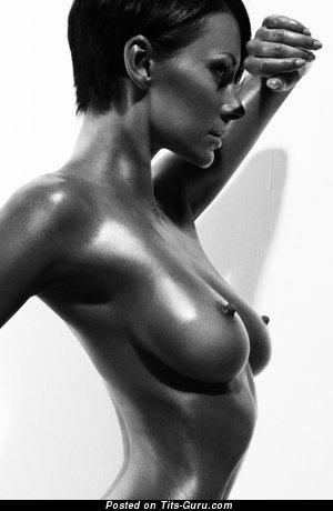 Юлия Андрощук: брюнетка красотка (Россия) с крутой голой средней грудью и треугольными сосками (порно фотка)