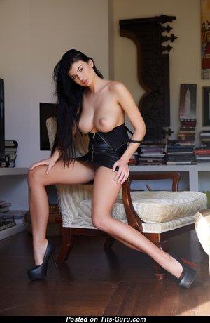Красотка с шикарной обнажённой натуральной средней грудью и сексуальными ногами (ню фотография)