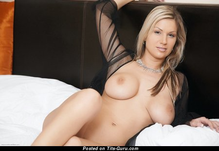 Carol Goldnerova - sexy naked blonde with natural tits photo