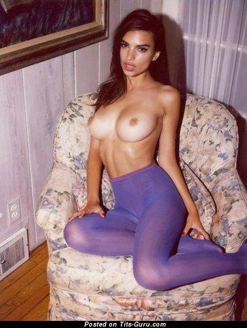 Топлесс деваха с супер оголёнными большими грудями в колготках (18+ картинка)