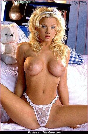 Изображение. Chloe Jones - картинка красивой голой блондинки с средними силиконовыми дойками