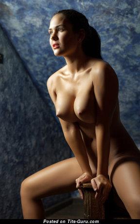 Развратница с эффектными голыми среднего размера цицьками (hd эротическое изображение)
