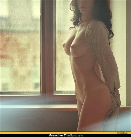 Изображение. Фото обалденной обнажённой женщины с среднего размера натуральными сиськами