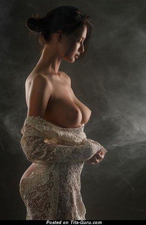 Красотка с красивой обнажённой натуральной среднего размера грудью (hd эротическая картинка)
