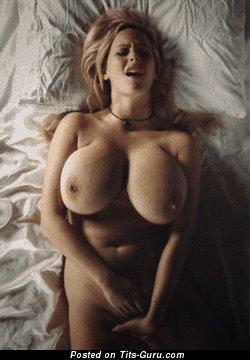 Gif офигенной блондинки топлесс с большими сиськами