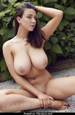 Фотография невероятной леди топлесс с большими натуральными дойками