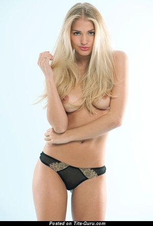 Фотография восхитительной обнажённой леди с средней натуральной грудью