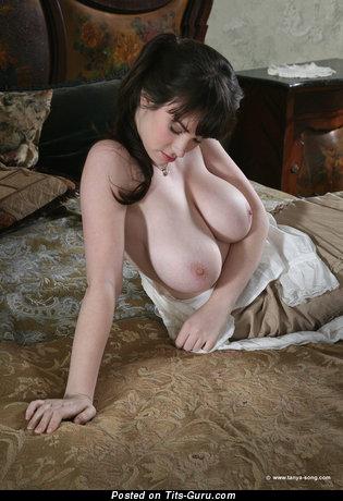 Изображение. Tanya Song - фотография умопомрачительной раздетой тёлки с большими натуральными дойками