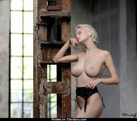 Fascinating Naked Babe (Hd 18+ Pix)