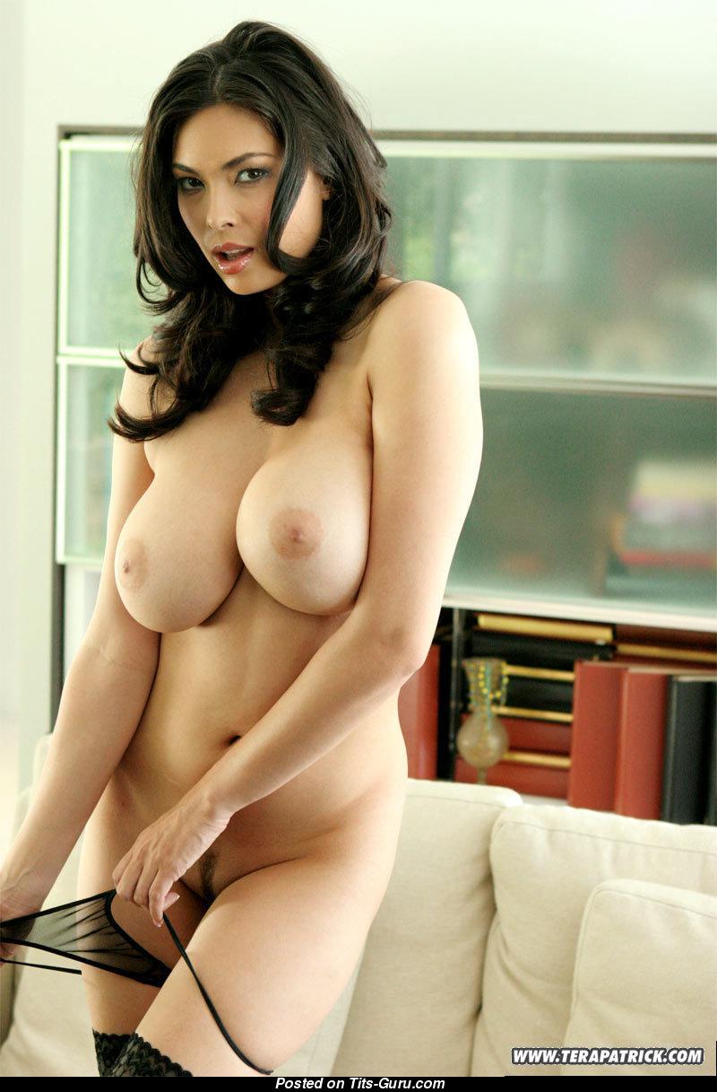 С брюнетка большой каталог актриса порно грудью