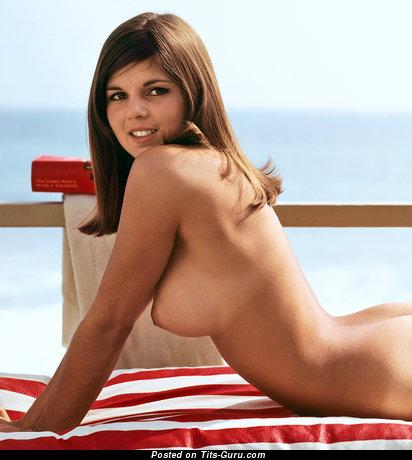 Изображение. Фотка красивой раздетой брюнетки с большими натуральными сисечками ретро