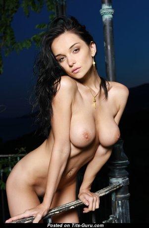 Eugenia Diordiychuk: брюнетка (Украина) с красивыми оголёнными натуральными средними грудями (секс фото)