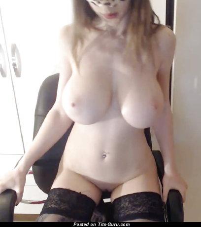 Девушка с офигенным голым средним бюстом (личная hd эро картинка)