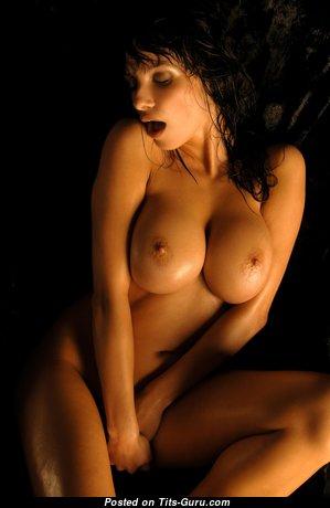 Marta Zawadzka: рыжая красотка (Польша) с восхитительной обнажённой силиконовой среднего размера грудью (4k эро изображение)