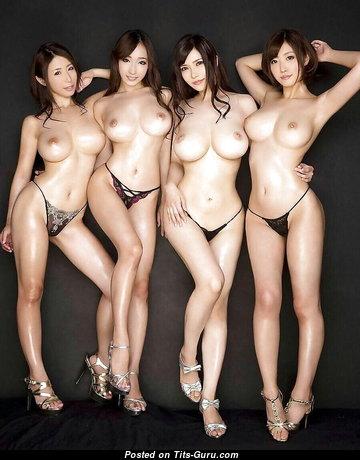 Крутая топлесс азиатская красотка с большими сосками (интимное изображение)